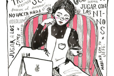 Ilustración de chica sentada descalza en un sillón de rallas, vestida con un mono y una camiseta de cuello vuelto con estrellas, un ordenador en las piernas y una taza de café en la mano y a su espalda un mural de texto: trabajar, virus, cocinar, niños, videollamada, pasear al perro, hacer la compra online, dormir, jugar con los niños, hablar con tu jefe, ser creativa. Poppyns Magazine