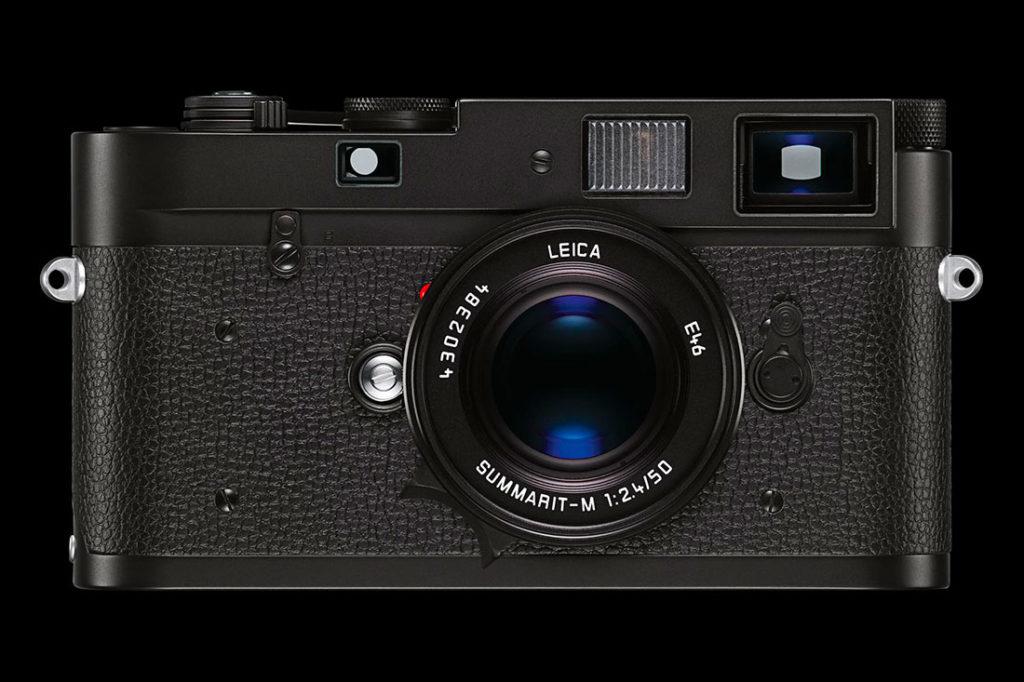 Cámara de fotos marca Leica M color negro. Poppyns Magazine