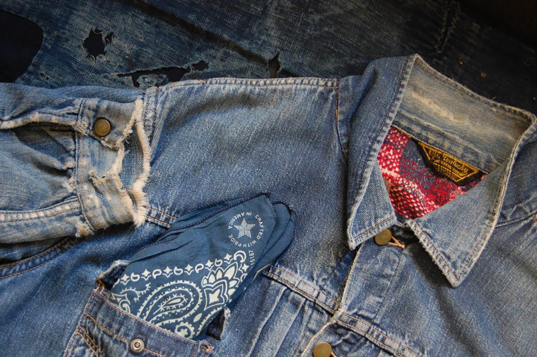 Chaqueta vaquera con forro rojo, pañuelo azul en el bolsillo delantero y puño desilachado. Poppyns Magazine