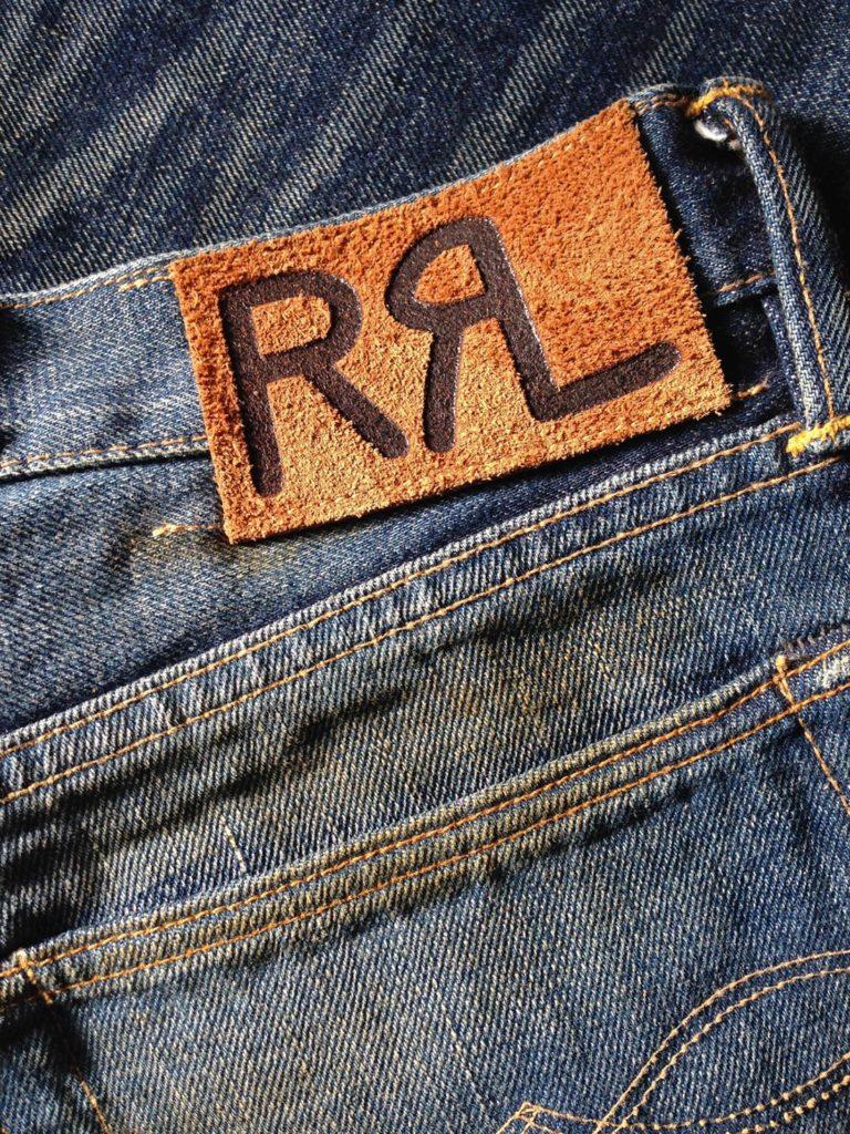 Detalle de pantalón vaquero con etiqueta marrón con las iniciales RRL, la segunda R invertida. Poppyns Magazine