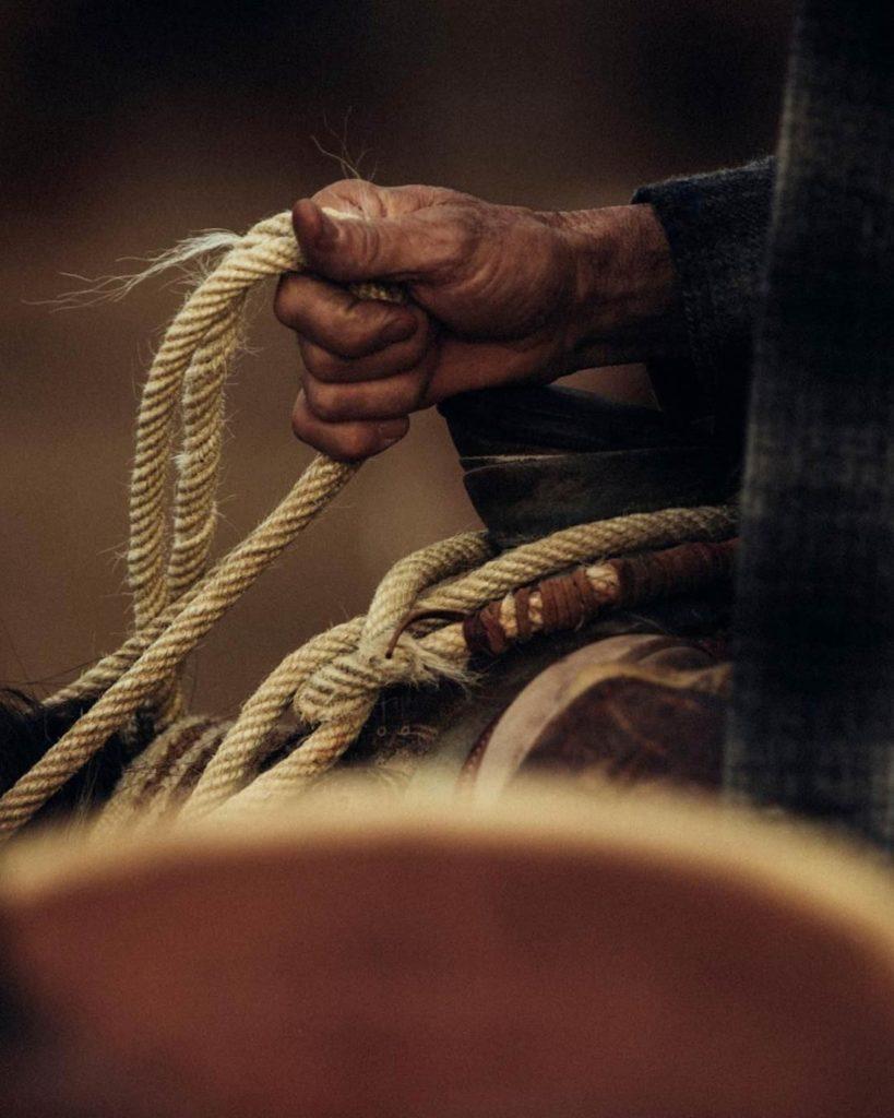 Manos curtidas con una cuerda en la mano. Poppyns Magazine