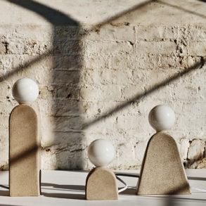Lámparas de exterior con pantalla esférica blanca sobre una estructura con forma orgánica. Poppyns Magazine
