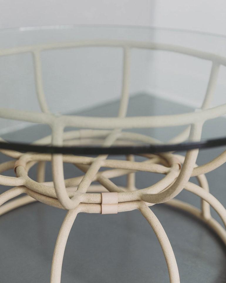 Mesa redonda de cristal con estructura tubular metálica. Poppyns Magazine