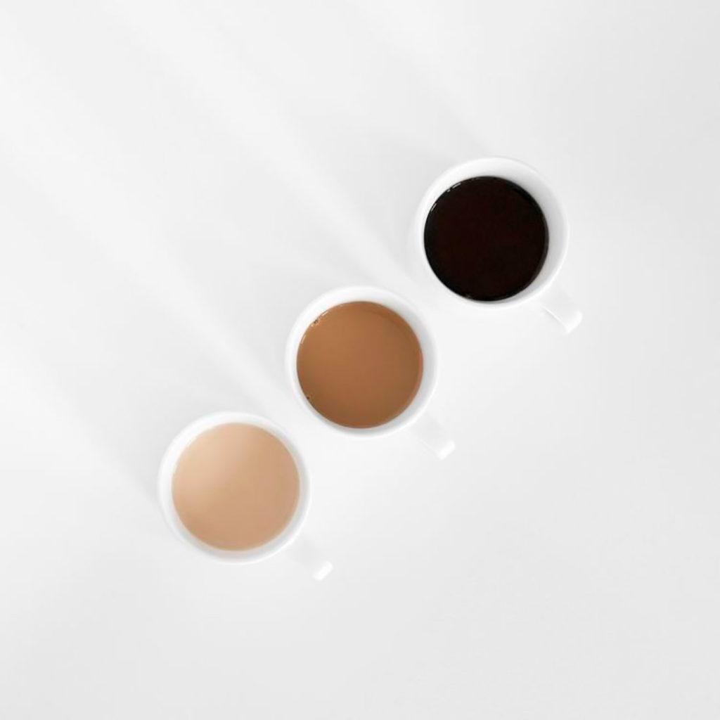 Tres tazas de café con tres tonos de café direrente, puro, con leche y manchado. Poppyns Magazine