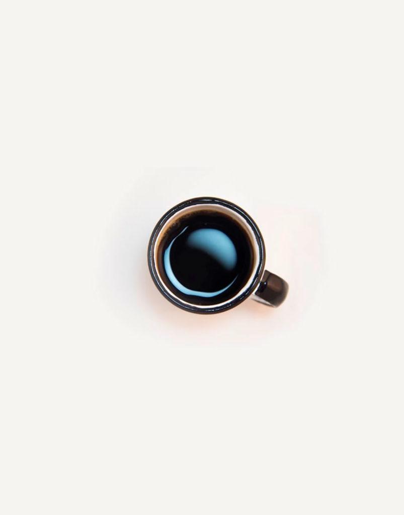 Taza de café negro. Poppyns Magazine