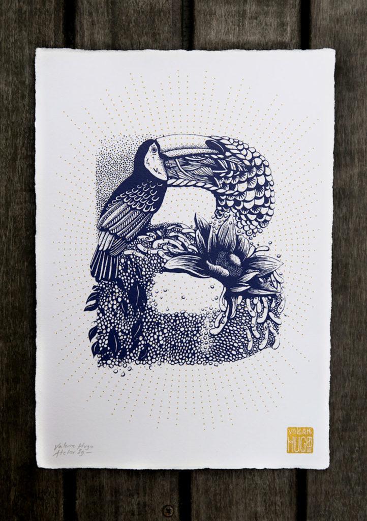 Letra B hecha en tonos azules a partir de elementos florales y un tucán. Poppyns Magazine