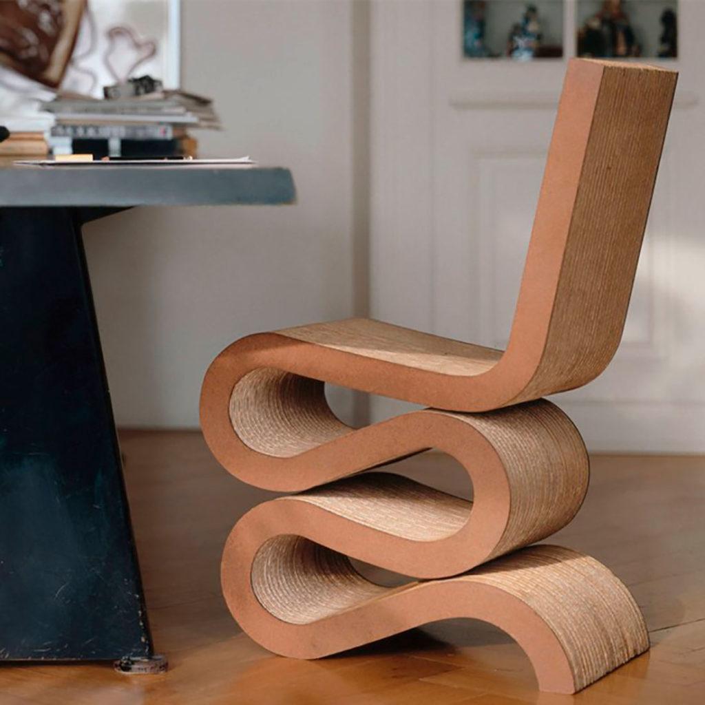 Silla de Frank Gehry de madera donde las patas son la propia madera curvada. Poppyns Magazine