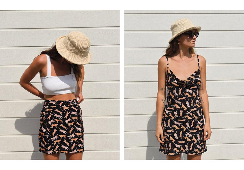 Mujer posando delante de una pared de listones de madera lacada en blanco, con una falda negra con leopardos estampados en tonos crema y un top blanco y sombrero beige, y a su lado la misma mujer llevando un vestido negro de tirantes con el mismo estampado de leopardos, gafas de sol y sombrero beige. Poppyns Magazine