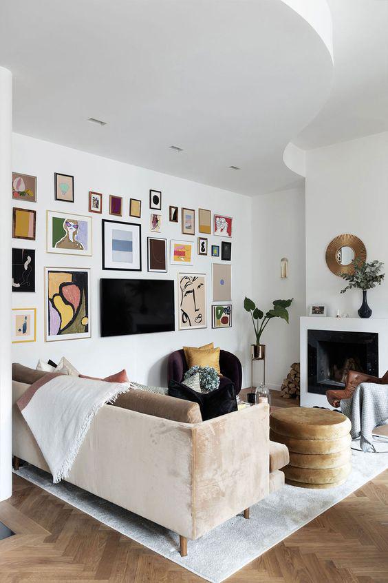 Pared blanca de salón blanca con mosaico de obras de arte enmarcadas