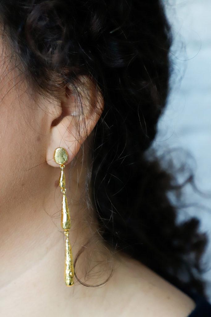 Pendientes lágrima de estilo tradicional y artesanos chapado en oro 24 kt de la firma catalana Cristina Junquero