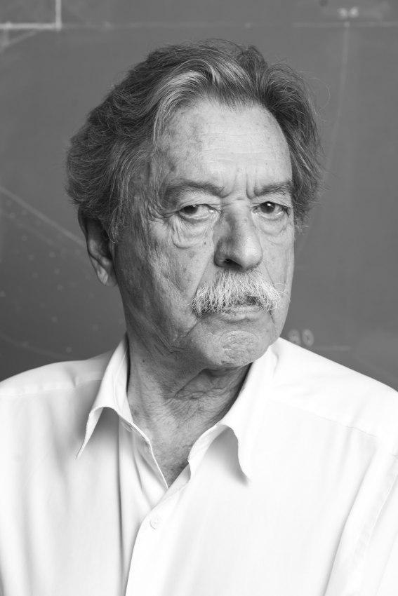 Foto de hombre en blanco y negro con bigote y camisa blanca. Poppyns Magazine