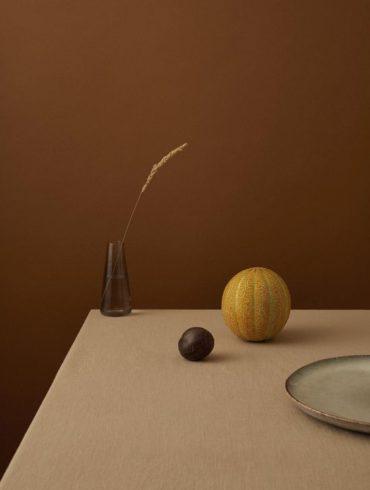Bodegón marrón con un plato en tonos marrones