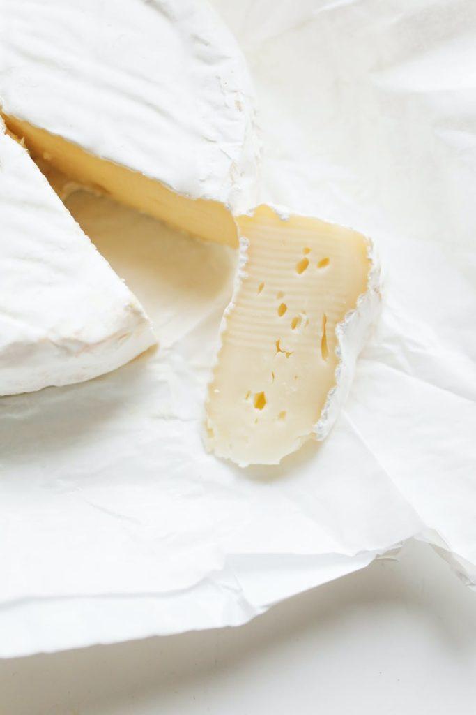 Mantel blanco con dos trozos de queso